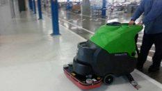 Akülü zemin temizlik makinesi ile elektrikli zemin yıkama makinesi farkı